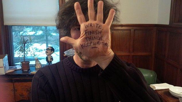 Writing-Advice-Written-on-Writers-Hands-Neil-Gaiman-634x356 La (sorprendente) diferencia entre un buen escritor y un mal escritor