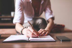 student-writing-300x200 ¿Escribir en 1ª o 3ª persona? Los retos de cada voz narrativa